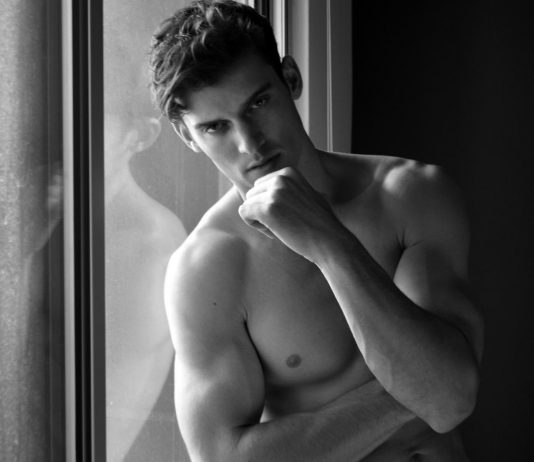 Le beau mâle sexy Frank England